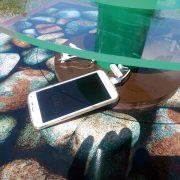 Empresa lança totem que carrega celular com energia solar