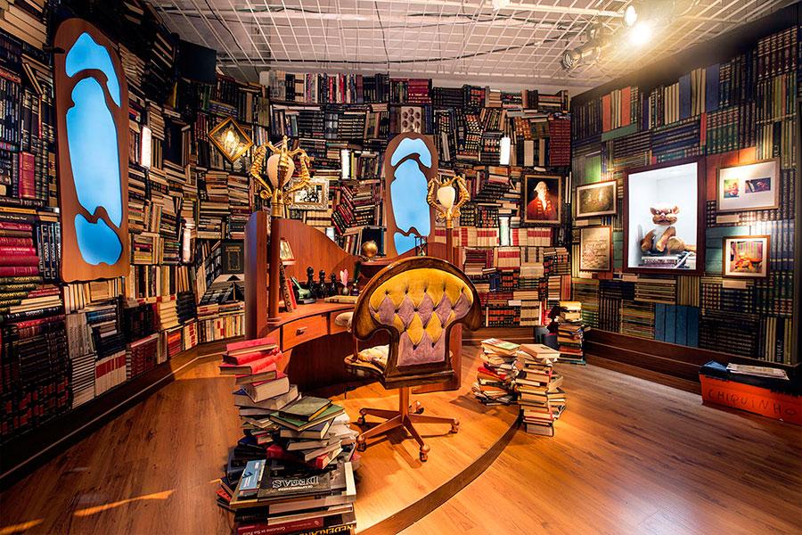 A-biblioteca-conta-com-a-cadeira-original-utiliza-nas-filmagens.-Ao-fundo-o-boneco-do-Gato-Pintado.