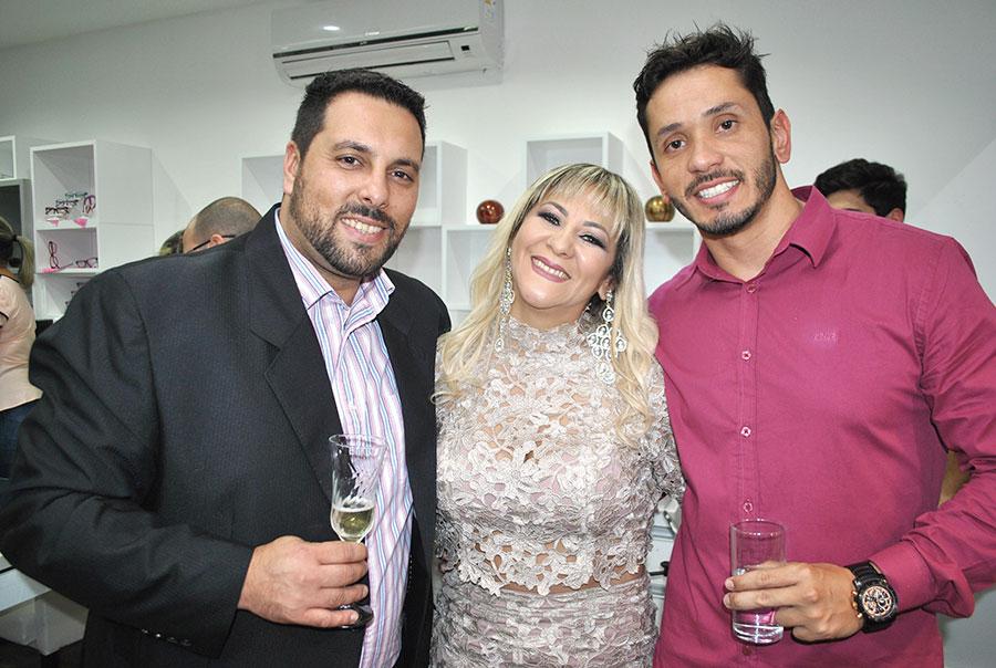 A empresária Sandra Guará ladeada pelo esposo,  Renato Saad, e o engenheiro Jonathan Carvalho