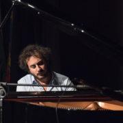 Pianista italiano Luca Amitrano realiza concerto solidário nesta terça (31) em Mogi
