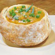 Creme de mandioquinha com camarão e cenoura no pão italiano