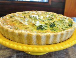 Quiche de brócolis e queijo branco